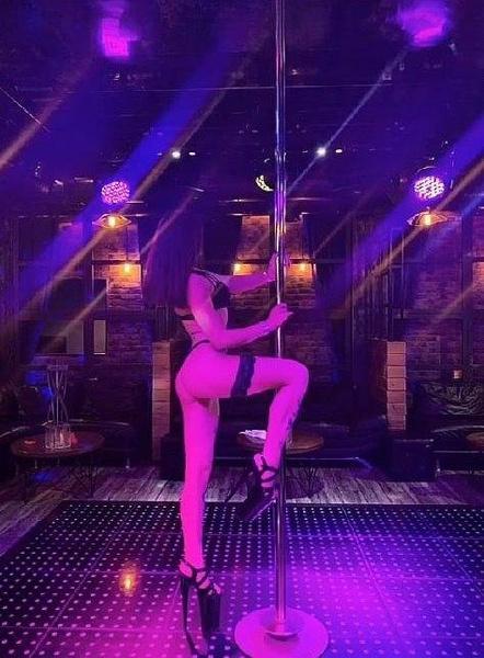 Раньше Адиля развлекала публику, танцуя у шеста