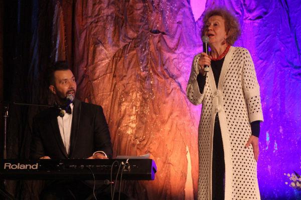 Денис Клявер и Ирина Клявер исполнили семейную песню «Камин»