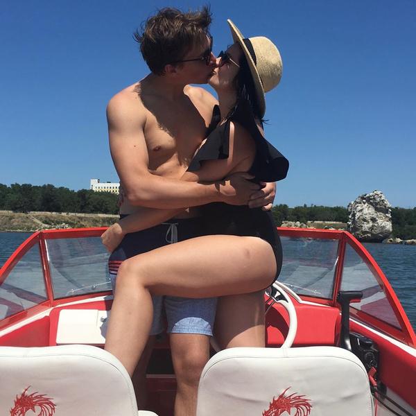 Маша и Вася во время прогулки на катере