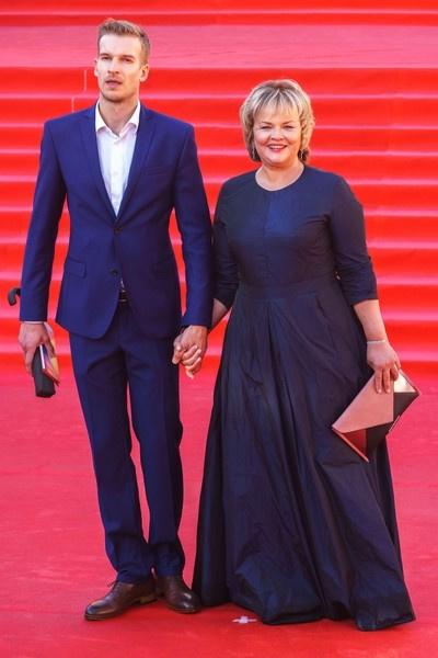 Два года назад актриса появилась на кинофестивале с молодым коллегой Денисом Бондаренко