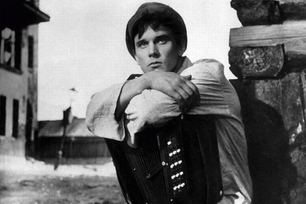 К моменту съемок в «Офицерах» Георгий Юматов уже был популярен благодаря картинам 50-х