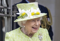 Елизавета II приказала принцам Гарри и Уильяму разойтись за гробом деда