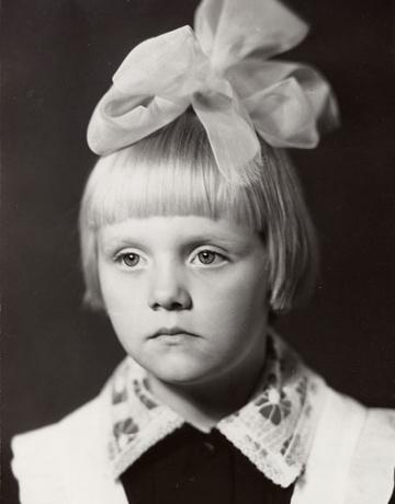 В детстве Валерия, как и все советские школьники, носила форму и белый бант