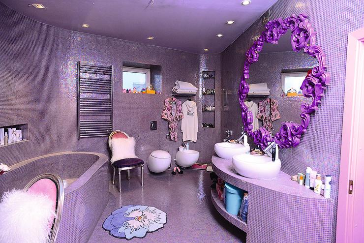 Ванная комната напоминает будуар