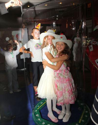 Арина и ее подруга Юлианна на шоу мыльных пузырей