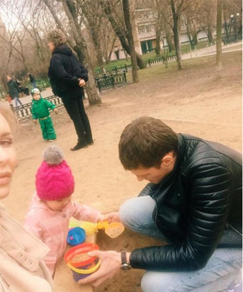 Александр Задойнов очень вдохновленно лепил с дочкой Сашей куличи из песка