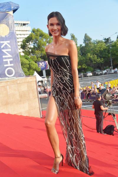 ...но это «голое» платье с «Кинотавра-2019» особенно впечатлило модных критиков