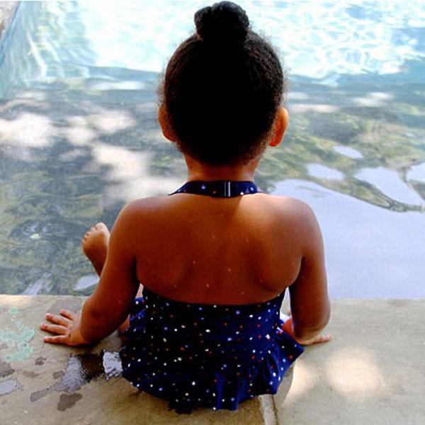 Малышка у бассейна