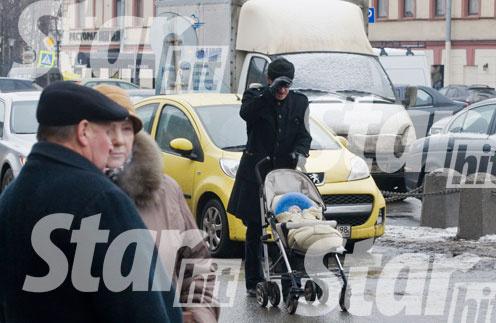 Михаил Боярский с внуком Андреем на прогулке по Петербургу