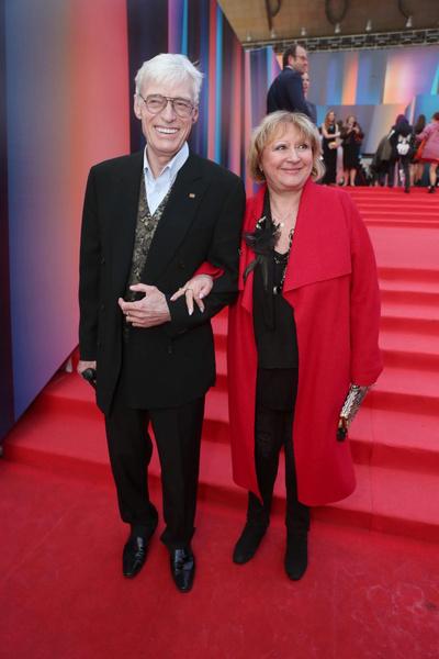 Актера поддерживает супруга, с которой он женат более 40 лет.