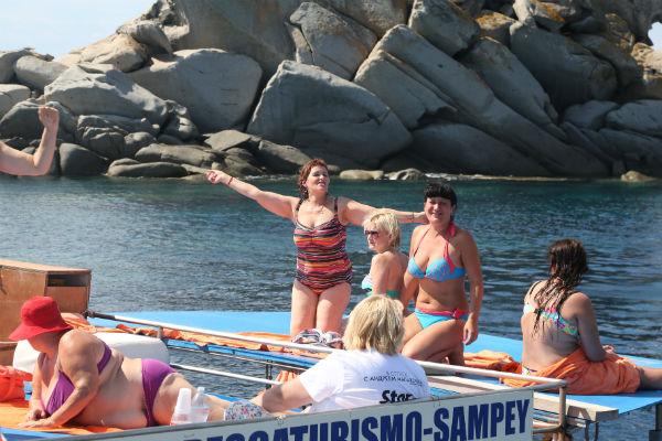 На палубе баркаса отдыхающие организовали место для загара