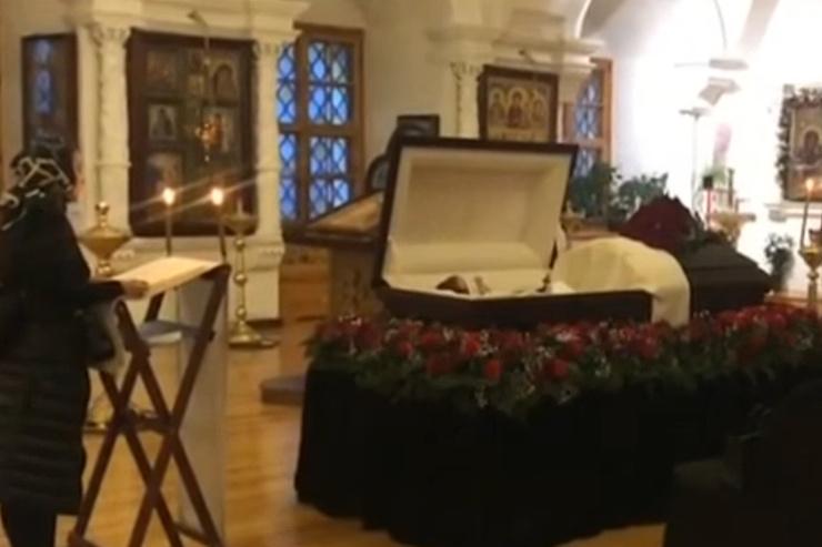 Бывшая жена Маругова всю ночь читала молитвы у его гроба: кадры с похорон «колбасного короля»