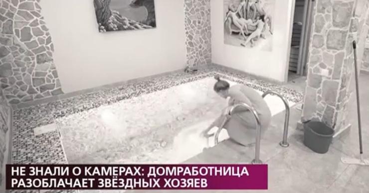 Домработница мыла половую тряпку в бассейне