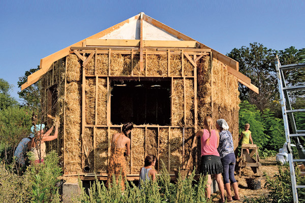 По желанию вам дадут мастер-класс по постройке домов из самана