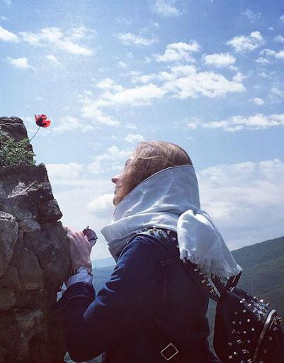 Светлана Ходченкова любуется горами Грузии