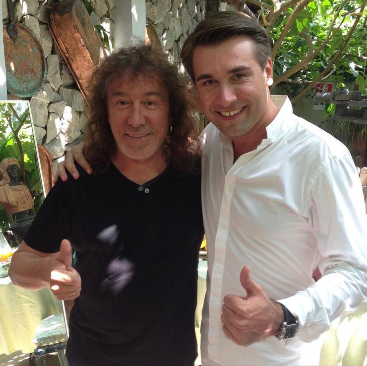 Артем был знаком со многими звездами шоу-бизнеса и сам показал себя многообещающим певцом (на фото с Владимиром Кузьминым).