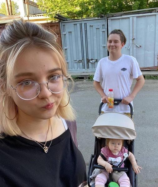 Дочку Эмилию девочка воспитывает самостоятельно
