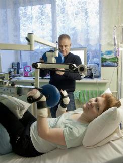 Сергей сам занимается реабилитацией жены, методику он освоил, пока Иру лечили в Германии
