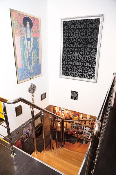 Лестницу на третий этаж украшают фотографии и картины от поклонников