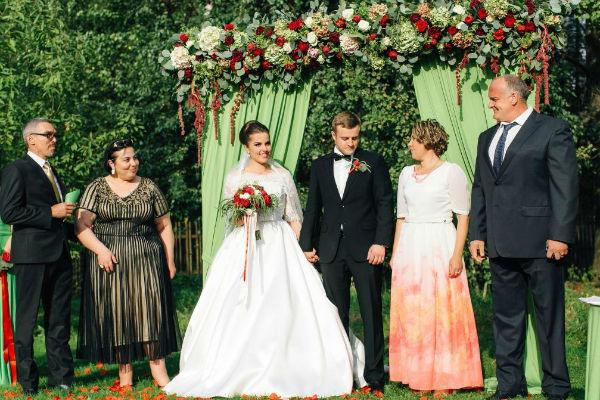 На церемонии бракосочетания присутствовали самые близкие - родители жениха и невесты