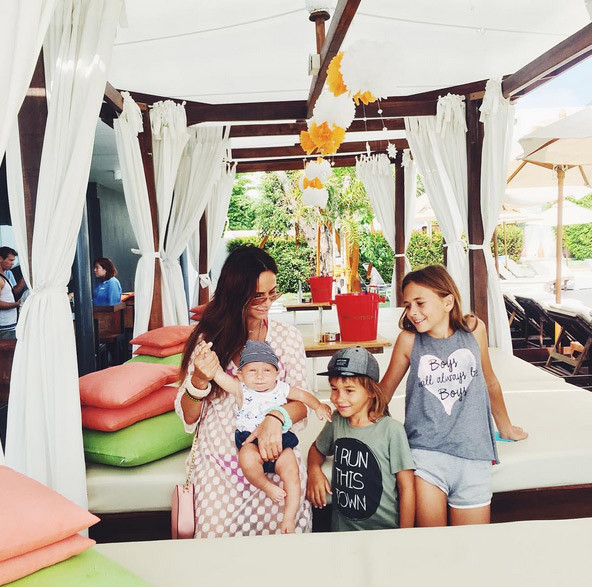 Саша Зверева с детьми в Таиланде