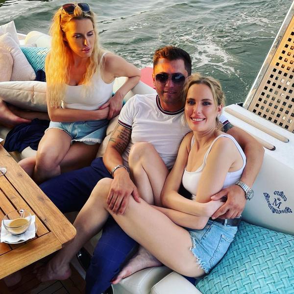 Павел Прилучный с сестрами Король