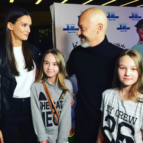 Паулина Андреева и Федор Бондарчук с юными зрителями
