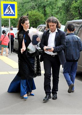 Евгения Линович с мужем пришли поздравить молодоженов