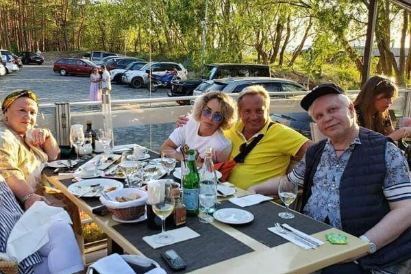 Борис часто встречается с друзьями во время отпуска