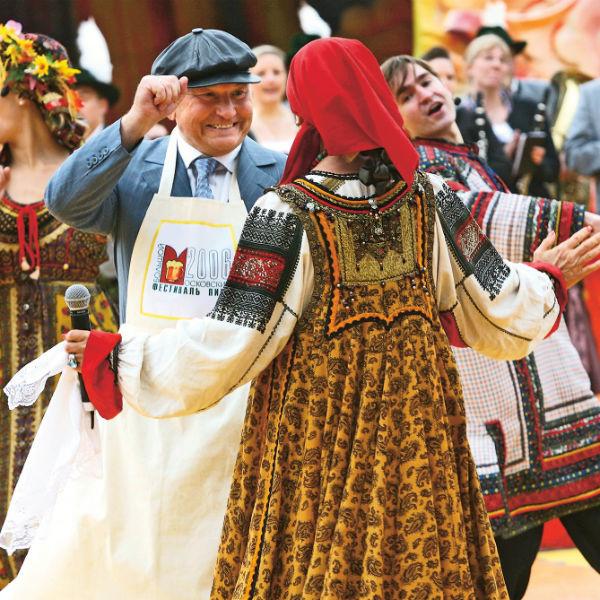 Бывший глава Москвы любит народные гулянья. На фото – он во время церемонии открытия Восьмого Большого Московского фестиваля пива в2006 году в Лужниках