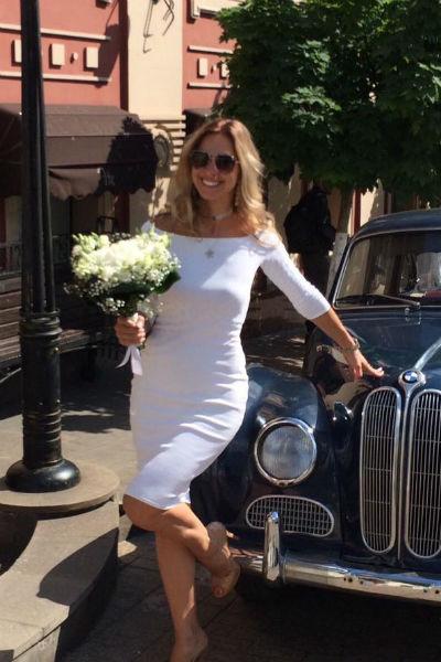 Для свадьбы Ольга выбрала скромное элегантное платье