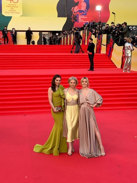 Певцы шикарно выглядели в дизайнерских платьях