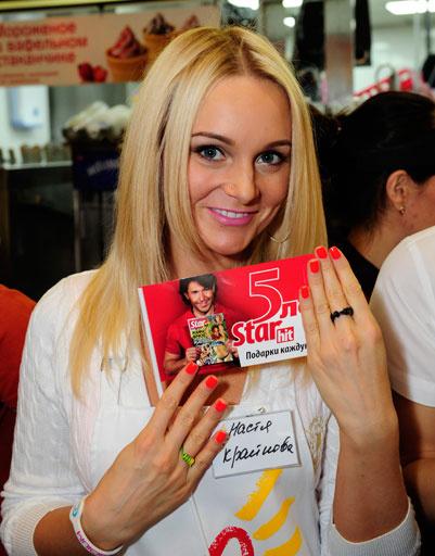 Настя Крайнова с флажком «СтарХита»