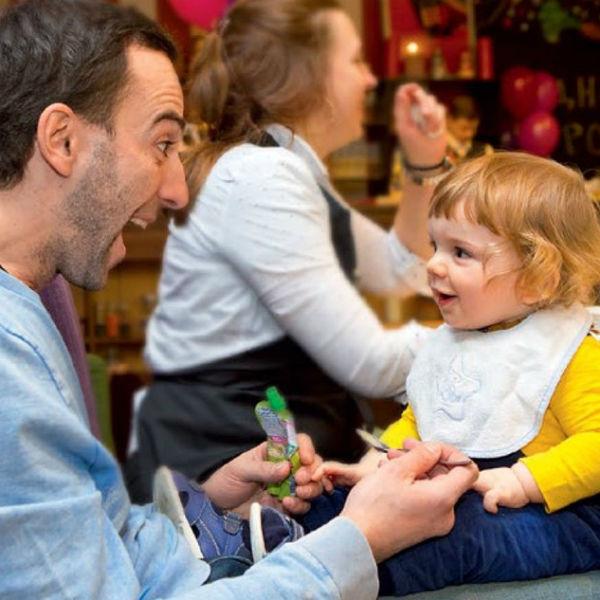 Актер обожает играть с маленьким сыном Петром