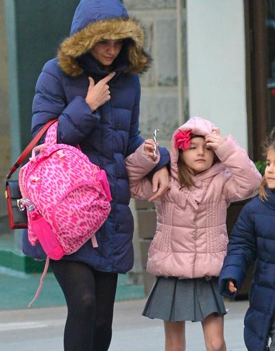 Одноклассники Сури не разделяют ее любви к голым ногам - дети одеты по погоде
