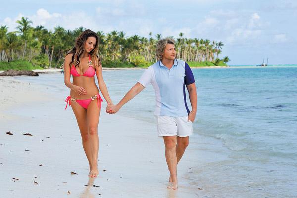 Влюбленные каждый день гуляют по  пляжу, загорают и купаются в океане
