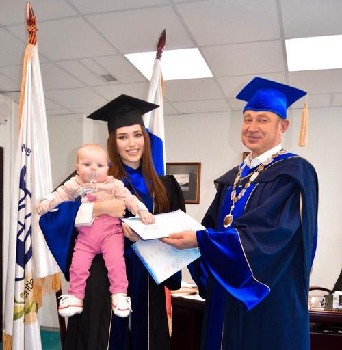 Жена Дмитрия Тарасова взяла ребенка на вручение диплома