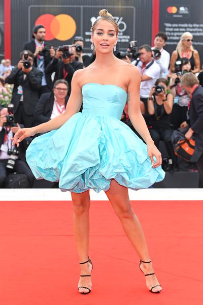 Жасмин Сандерс надела яркое платье