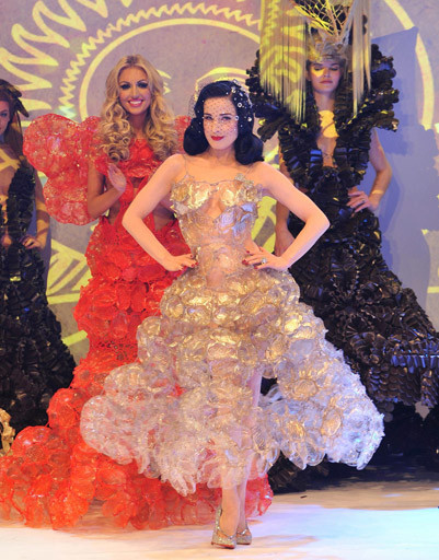 Артистка примерила это платье на шоу кондитерской компании Lambertz в Кельне.
