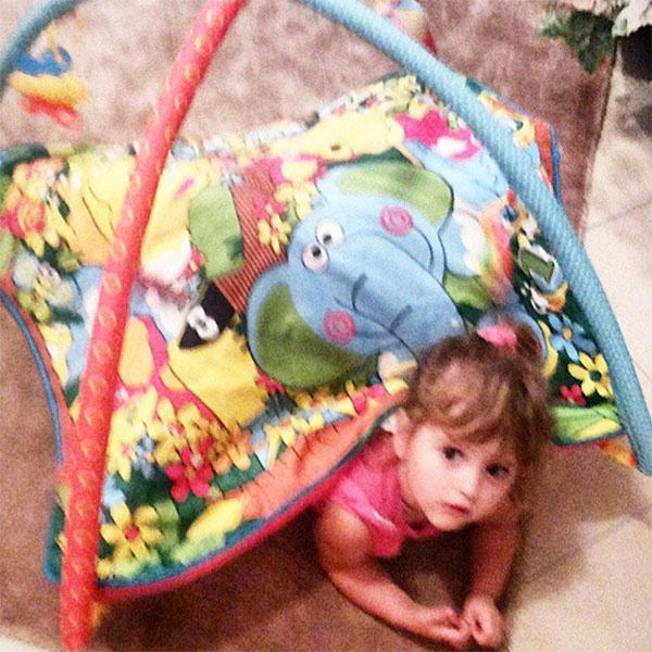 «Папа, смотри! Я – черепашка», - так Маша Макарская осваивает игрушки, подаренные ее маленькому брату