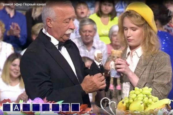 Монеточка подарила Леониду Якубовичу кукол