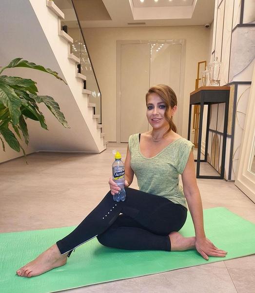 Барановская занимается спортом в холле