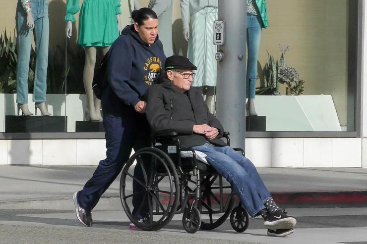 В последнее время журналист передвигался в инвалидной коляске