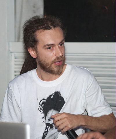 ДеЦл стал  популярен в начале  2000-х. Его альбом  «Кто? ты» входит  в число самых  продаваемых  пластинок в России