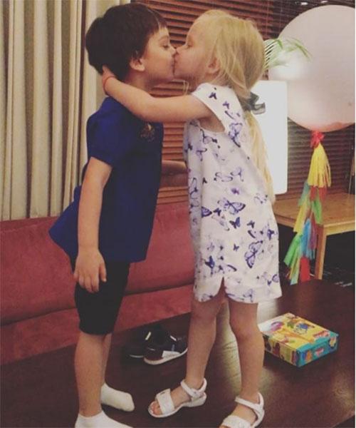 Вот так Сашу поздравила с пятилетием его подружка