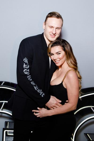 Анна уже воспитывает трех детей от разных мужчин, а теперь подогревает слухи о возможной беременности от баскетболиста Янисом Тиммой