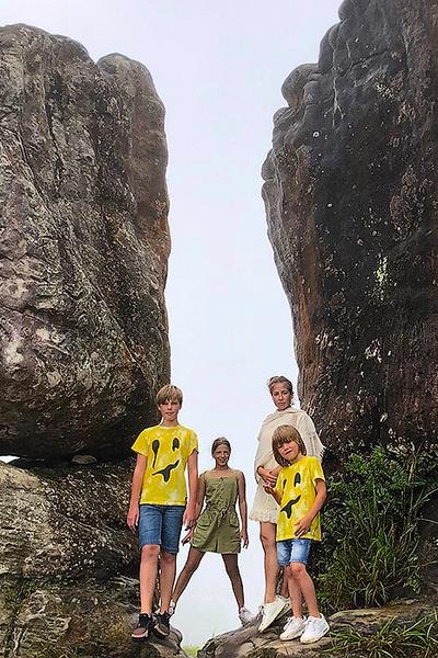 В Камбодже телеведущая с детьми взбиралась на Слоновьи горы...
