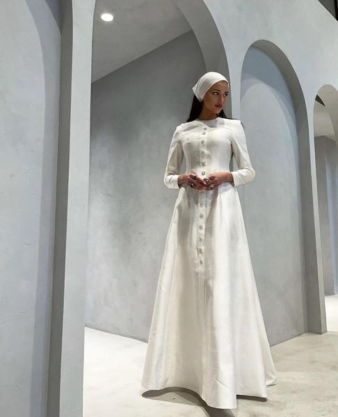 Настя разбавляет откровенные наряды мусульманской одеждой