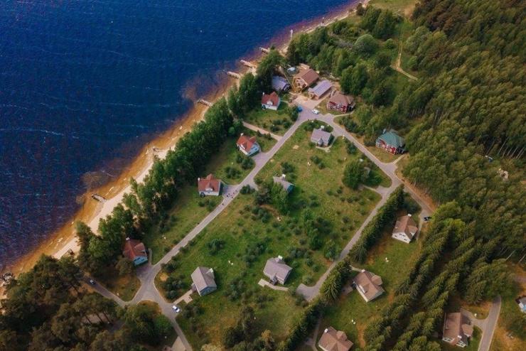 Снять номер в отеле можно за 2500 рублей, а отдельный коттедж за 7000 рублей