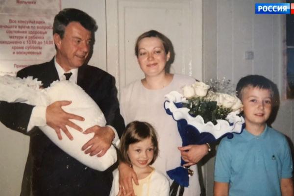 Дочь Анечка плюс двое приемных детей  появились в его четвертом браке